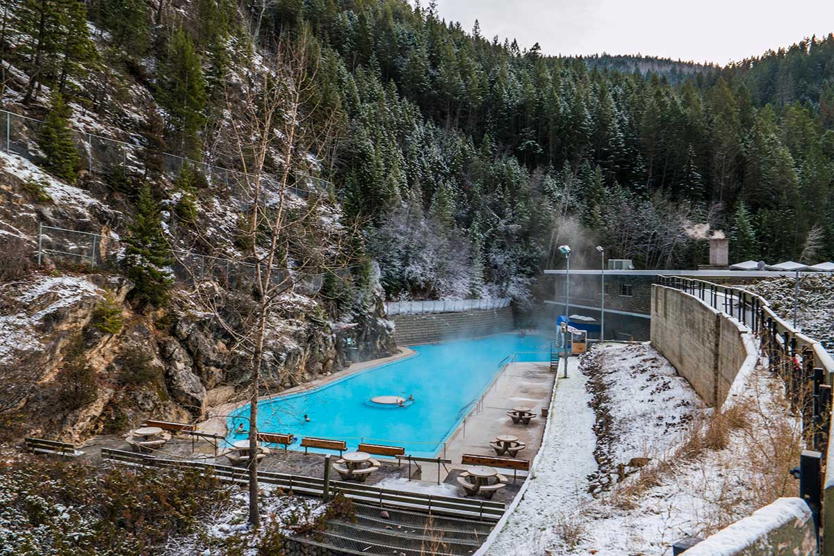 radium springs Description: description radium springs is a single warm pool, temperature around 90 degrees, that is on the banks of the colorado river just a few miles south of the town of radium.